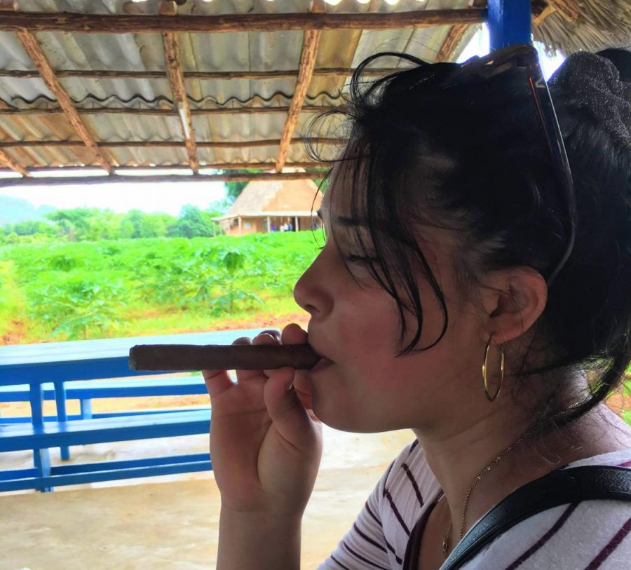 Liddy+Smoking+a+tabacco+in+Cuba+